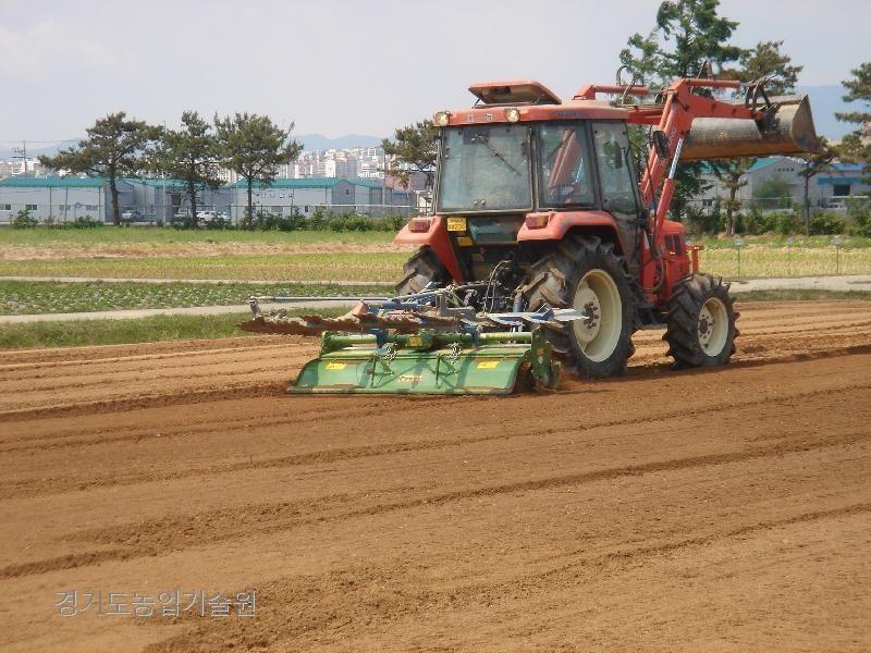 밭작물의 본격적인 파종시기에 접어들면서 트랙터를 이용하여 로터리작업을 하고 있다.