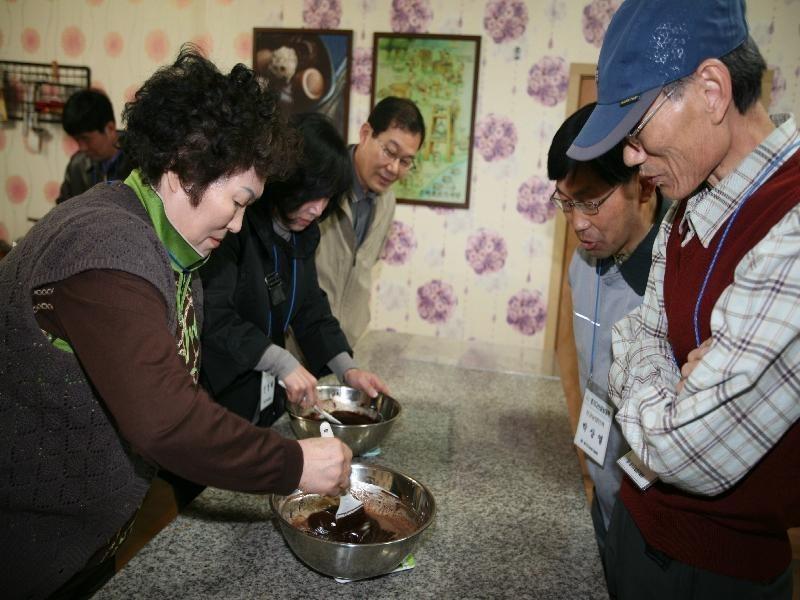 귀농을 희망하는 도시민을 대상으로 현장체험 교육을 하고 있다.