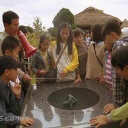 농업과학교육관 앞 야외전시장에 전시된 해시계를 어린이들이 신기한듯 살펴보고 있다.