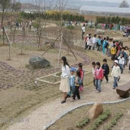 농업기술원에 소풍온 초등학교 학생들이 지난해 새롭게 조성된 자원식물연구원을 둘러보고 있다.