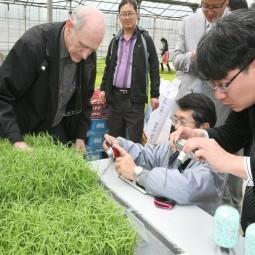 파종과 동시에 비료를 살포하는 새로운 농업기술 연시회를 개최했다.